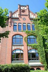 Backsteinfassade der ehem. Mädchenschule Woellmerstrasse in Hamburg Heimfeld, erbaut 1910 - Architekt Harburger Stadtbaurat Friedrich Homann.