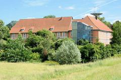 Elbschloss Bleckede - Ersterwähnung 1287; jetziger Barockbau / Westflügel von 1743 - jetzt nformationszentrum für das Biosphärenreservat Niedersächsische Elbtalaue sowie Sitz der Touristen-Information.