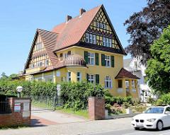 Hamburger Architekturbilder - restaurierte Vorstadtvilla im Heimatstil - Hausgiebel mit Fachwerk versehen.