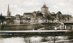Historische Aufnahme der Hansestadt - Blick über die Kanaltrave zum Burgtor und alten Befestigungsanlage.
