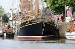 Museumshafen in Lübeck - Bug der Krik Vig, Gaffelschoner - ehem. Fischereifahrzeug, gebaut 1957
