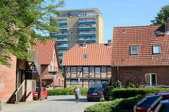 Historische Häuser / Wehrturm am Schlossberg von Lauenburg - im Hintergrund Hochhaus an der Alten Wache.