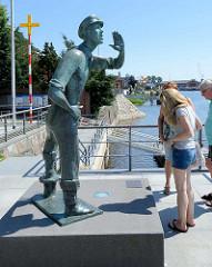Lauenburger Rufer am Elbufer / Dampferanlegeplatz in Lauenburg - Symbol dar für die über 700-jährige Tradition der Elbschifffahrt - Bronzefigur; Bildhauer und Plastiker Karl-Heinz Goedtke, 1959.