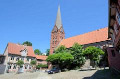 Kirchplatz der Maria-Magdalenen-Kirche in Lauenburg; der älteste sichtbare Bauteil ist das im unteren Bereich des Baukörpers aus Feldstein und weiter oben aus Ziegel errichtete gotische Kirchenschiff aus der Zeit um 1300. Der heutige Chor aus Back