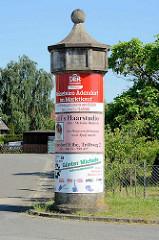 Alte Litfaßsäule aus Beton - Werbeplakate an der Straße in Artlenburg / Niedersachsen.
