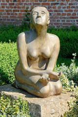 Skulptur Knieende nackte Frau auf der Aussichtsterrasse am Schlossberg in Lauenburg