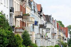 Mehrstöckige Wohnhäuser / Gründerzeitgebäude mit Balkons in der Percevalstraße von Lübeck.