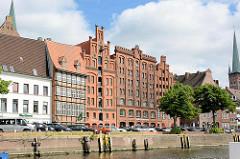 Historische Backsteingebäude, Lager und Wohnhäuser am Hafen in der Hansestadt Lübeck.