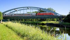 Eisenbahnbrücke über den Elbe-Lübeck-Kanal, ein Regionalzug überquert den Kanal.