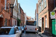 Busverkehr in den schmalen Gassen von Lauenburg - ein Bus der HVV quält sich durch die Elbstraße.