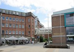 Marktplatz von Glinde - Brunnen, Rathaus und Bürgerhaus Marcellin-Verbe Haus.