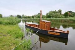 Die Rekonstruktion des mittelalterlichen Salz-Prahms Maria Magdalena liegt am Ufer vom Elbe-Lübeck-Kanal bei Berkenthin.