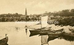 Historische Aufnahme von der Elbe bei Lauenburg; im Vordergrund Fischerboote in Hohnstorf, am anderen der Kirchturm der Maria Magdalena Kirche und die historische Bebauung der Lauenburger Altstadt am Elbufer.