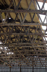 Holzgebäude vom Holzlager am Hafen / Gewerbegebiet von Mölln - offenes Lagerhaus mit Ständerwerk, Holzbalken - Dachkonstruktion.