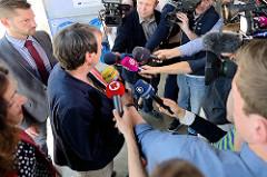 Einweihung der Landstromanlage am Kreuzfahrtterminal Hamburg Altona - die Bundesumweltministerin Dr. Barbara Hendricks wird interviewt.