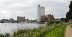 Hafen der Stadt Mölln - Ufer vom durch die Stadt führenden Elbe-Lübeck-Kanals; Hafenanlagen / Silo am Ziegelsee.
