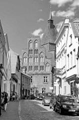 Blick durch die Marktstraße zum Alten Rathaus in Mölln, erbaut ab 1373 / Backsteingotik.
