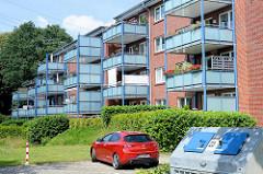 Dreistöckiger Wohnblock mit vorgesetzten Balkons - teilweise mit Sichtschutz zum Nachbarn - Architektur in Wentorf bei Hamburg.