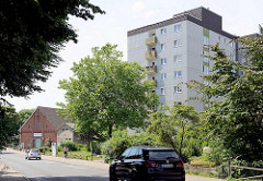 Landwirtschaftliches Gebäude / Ziegelscheune und Hochhausarchitektur der 1970er Jahre / Hauptstraße von Wentorf bei Hamburg.