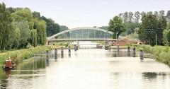 Blick über den Elbe-Lübeck-Kanal zur Schleuse  Berkenthin, dahinter die erste beheizbare Brücke Europas - die Brücke über den Kanal wird im Winter mit einer Geothermie-Anlage eisfrei gehalten - aus einem Brunnen wird warmes Wasser über ein Röhrensyst