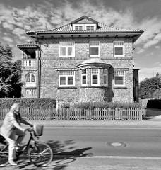 Kubisches Backsteingebäude mit rundem Erker / Kupferdach - Fassadenbeschriftung Haus KIeinburg, 1924.