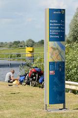 Modernes Schild - Wegweiser in Bleckede mit Sehenswürdigkeiten der Stadt an der Elbe.