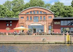 Historische Hafenarchitektur am Lübecker Hafen - jetzt als Café und Bar genutzt.