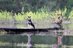 Masuren / Polen - Angler im Holzkahn auf dem  Fluß Krutynia; Hund im Boot.