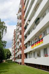Hochhaus an der Avenue St. Sebastian in Glinde - Balkon mit Deutschlandfahnen geschmückt.