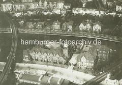 Luftaufnahme vom Johanniskloster am Alsterufer / Heilwigstraße in Hamburg Eppendorf - geweiht 1914; englischer Landhausstil, Architekten Kahl und Endresen. Am anderen Alsterufer Wohnhäuser am Leinpfad / Sierichstraße in Hamburg Winterhude.