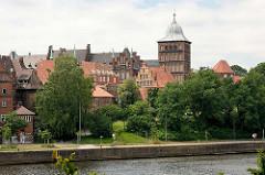Blick über die Lübecker Kanaltrave zur historischen Innenstadt / Burgtor.