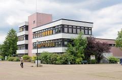 Architektur der 1970er Jahre - Rathaus von Barsbüttel, leerer Marktplatz.