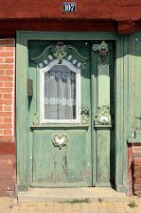 Eingangstür eines historischen Handwerkerhauses in der Elbstraße von Lauenburg / Elbe.