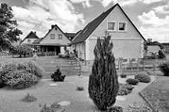 Einzelhäuser mit Vorgarten - Wohnhäuser in Sülfeld, Schwarz-Weiß-Aufnahme.