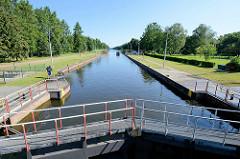 Witzeezeschleuse am Elbe-Lübeck-Kanal - die Schleusenkammer hat eine Länge von 85 m und ein Torbreite von 12 m; die Fallhöhe beträgt 2,98 m.