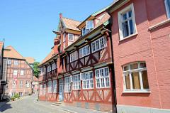 Historische Wohnhäuser / Geschäfthäuser in der Elbstraße von Lauenburg.