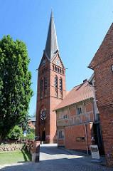 Kirchturm der Maria-Magdalenen-Kirche in Lauenburg; der älteste sichtbare Bauteil ist das im unteren Bereich des Baukörpers aus Feldstein und weiter oben aus Ziegel errichtete gotische Kirchenschiff aus der Zeit um 1300. Der heutige Chor aus Backs