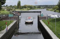 Die Ausflugsbarkasse ALSTERSCHIPPER der Bergedorfer Schifffahrtslinie kommt vom Bergedorfer Hafen und fährt auf seiner Rundtour durch die Vierlande in die Krapphofschleuse ein. Seit 2006 wird die Schleuse von den Schiffern über Knopfdruck selbst