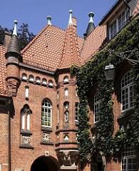 Fassade vom Bergedorfer Schloss mit Türmen und Efeu. Die Ursprünge des Wasserschlosses in Bergedorf wurde um 1220 angelegt, der jetzige Bau ab dem 15. Jh. entwickelt und seitdem mehrfach verändert. Die Anlage steht seit 1926 unter Denkmalschutz.
