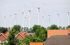 Dächer von Brunsbüttel - Windkraftanlagen / Windenergieanlage.