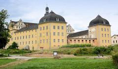 Coswig war von 1603 bis 1793 Teil des Fürstentums Anhalt-Zerbst. Das in der Stadt befindliche Schloss wurde 1667–1677 erbaut und diente bis ins 19. Jahrhundert als Witwensitz. Während im Bauschmuck des nördlich gelegenen Hauptflügels auf ältere Renai