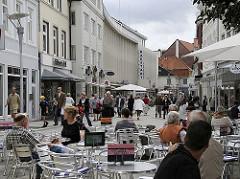 Gäste sitzen im Strassencafé auf dem Bergedorfer Markt und geniessen das Sommerwetter; Passanten schlendern bei dem Einkaufsbummel durch die Fussgängerzone der Bergedorfer Einkaufsstrasse Sachsentor.