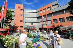 Moderne Architektur am Beer-Yaacov-Weg - Verwaltungsgebäude, Sparkasse / Blumenstand.