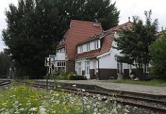 Der Bergedorfer Bahnhof Süd wurde 1906 eröffnet und bediente die Bahnstrecke nach Geesthacht. Ab 1912 wurde vom dem Bahnhof Süd auch die Marschbahn Richtung Zollenspieker angebunden; schon 1957 wurde der Personenverkehr hier eingestellt.