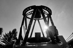 Teleskop der Hamburger Sternwarte in Bergedorf im Gegenlicht - Schwarz Weiß Aufnahme.
