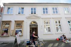 Historische Löwenapotheke in der Hindenburgstraße von Bad Oldesloe, erbaut 1798 - Klassizismus.