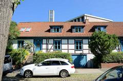Doppelhaus / Reihenhaus mit Fachwerk und blau abgesetzten Fenster und Türen - Straße Bult in Hamburg Bergedorf.