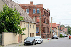 Ziegelgebäude zwischen Wohnhäusern - historische Industriearchitektur, Tabakmanufaktur in Oranienbaum.