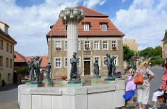 Marktplatz der Lutherstadt Eisleben - Knappenbrunnen, Bildhauer Wolfgang Dreysse - 1983. Auf dem Brunnenrand stehen typische Figuren des Berg- und Hüttenwesens.
