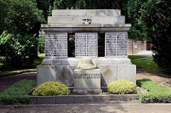 Weltkrieg-Gedenkstein  bei der Pauluskirche im Beamtenviertel von Brunsbüttel.
